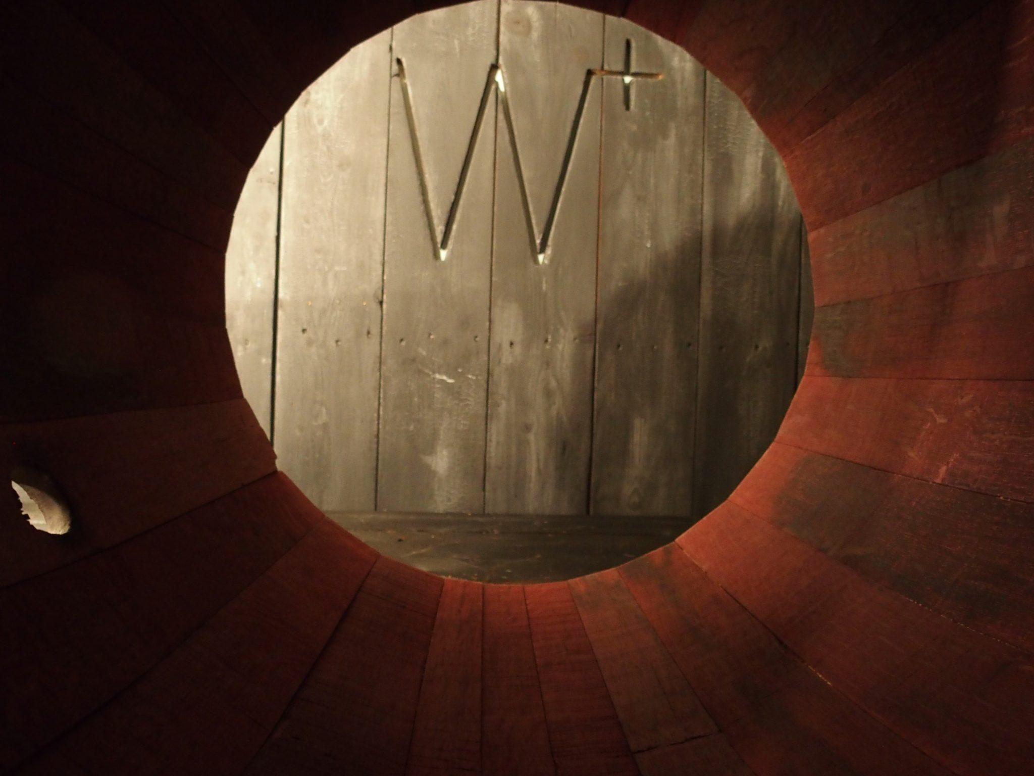 W+ logo met wijnvat